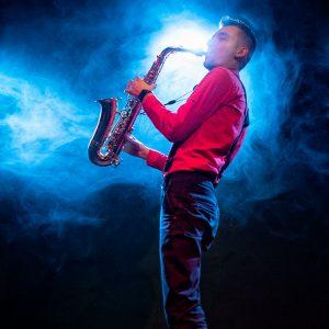 """Sergiu Chilianu s-a născut la 19 februarie anul 1992 in Strășeni, Rep. Moldova. La 7 ani a început să frecventeze cursurile Școlii de arte din Strășeni, unde a studiat fluier și dansuri populare. În clasa a VII-a a  început să studieze clarinet, iar doi ani mai târziu a început studiile la Colegiul Republican """"Stefan Neaga"""" din Chișinău. În prezent, Sergiu este student în anul III al Universității de Arte """"George Enescu"""" din Iași, secția clarinet și membru al ansamblului folcloric """"Teodor Burada"""". Pasiunea pentru muzică l-a ajutat pe Sergiu să poată stăpâni mai multe instrumente: clarinet, saxofon, fluier și ocarină. Hobby-urile lui sunt deejayingul și calculatoarele."""