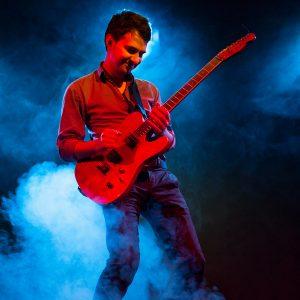 """Alexandru Ciobanu s-a născut la 16 iunie 1987, într-o familie de muzicieni. Molipsit de pasiunea pentru muzică a părinților săi, la vârsta de doar 7 ani, Alex a început să studieze instrumentul pe care l-a văzut în mâinile tatălui său, și anume vioara. După 12 ani, Alex renunță la vioară în favoarea chitării, care i-a cucerit inima și pentru care a dezvoltat o pasiune deosebită. A absolvit Facultatea de Relații Internationale si Studii Europene, la UBB Cluj, iar în prezent este student la Universitatea de Arte """"George Enescu"""" din Iași, secția chitară."""