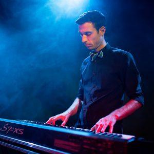 """Popa Cristian s-a nascut pe 3 ianuarie 1981 in municipiul Tecuci, judetul Galati.  A inceput studiul pianului in clasa a I-a  la Tecuci,  continuandu-l din clasa a VI-a la Liceul de arta """"O. Bancila"""" Iasi. A absolvit Universitatea de Arte """" G. Enescu"""" Iasi sectia compozitie jazz-muzica usoara , in anul 2004 timp in care a  participat la numeroase concursuri si festivaluri nationale si international ca si pianist in diferite formule de jazz- muzica usoara. Din 2004 pana in prezent activeaza ca profesor pianist-acompaniator  al Colegiului National de Arta """" O. Bancila"""" Iasi."""