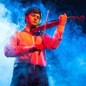 """Luca Iuriciuc s-a născut la Iași în 5 iulie 1990 într-o familie de artiști, mama fiind balerină la Opera Națională iar tatăl violonist la Filarmonica Moldova Iași. Fiind luat aproape zilnic de către părinți la repetițiile corpului de balet și ale filarmonicii, Luca este atras de universul muzical, începând la Colegiul național de arta """"Octav Băncilă"""" din Iași studiul viorii, încă de la vârsta de 6 ani. Trecând prin atenta îndrumare a unor profesori dedicați, rezultatele nu se lasă așteptate, obținând numeroase premii la concursuri și olimpiade, dintre care putem aminti: mențiune la Concursul național """"Lira de Aur"""", premiul 3 la Olimpiada Națională anul 2004, și premiul 1 la Olimpiada națională de muzică la Piatra Neamț.  Urmeaza  cursurile Universității de arte """"George Enescu"""" din Iași la clasa profesor Bujor Prelipcean. Luca Iuriciuc a avut o vastă activitate artistică, activând în diverse formații sau orchestre, în turnee atât în țară cât și în țări precum Italia, Republica Moldova sau Japonia. Actualmente este student în anul 1 la Masterat - vioară și activează ca membru al Filarmonicii Moldova Iași."""